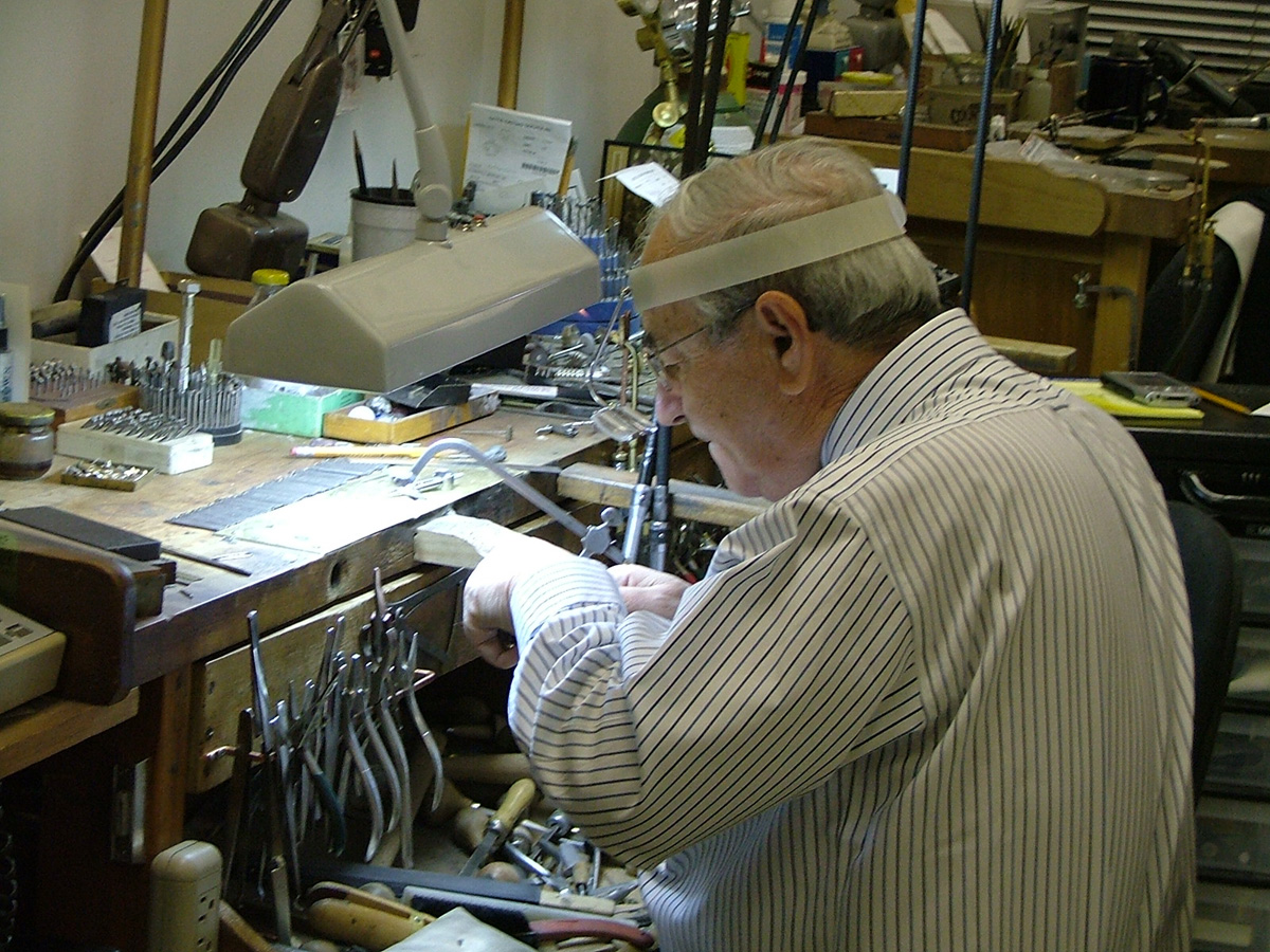 How to Find the Best Jewelry Manufacturer